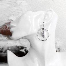 羽ばたくアゲハ蝶とサークルのシルバーピアス108【Ageha|アゲハ】