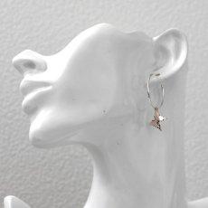 ピンクシルバーのアゲハ蝶チャームが可愛いフープピアス